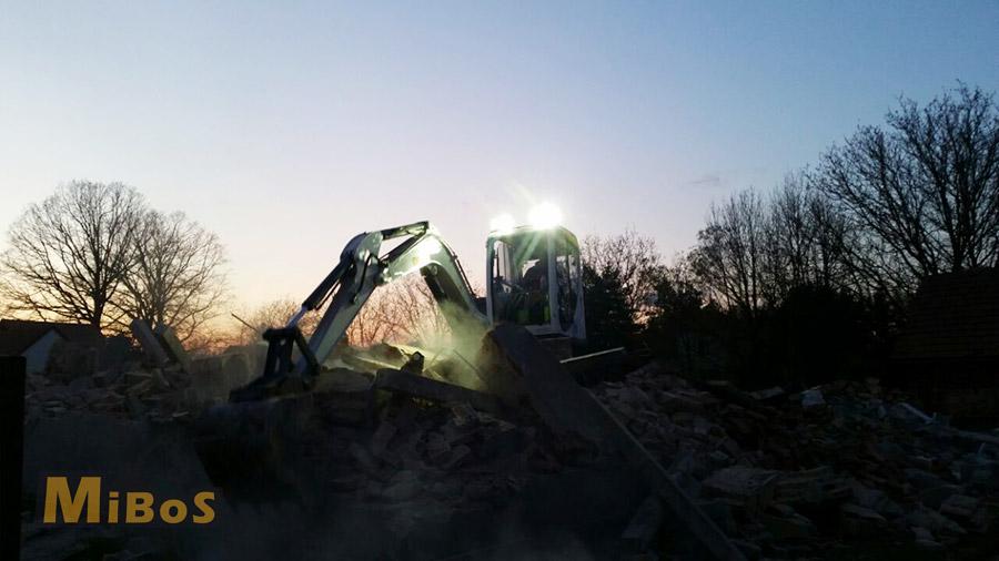 demolice domu za tmy