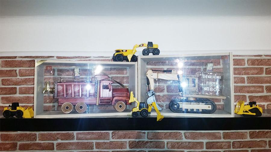 dřevěný model bagru a nákladní auto
