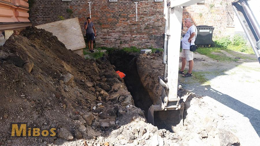 výkopové práce pro archeologický výzkum v Hradci Králové